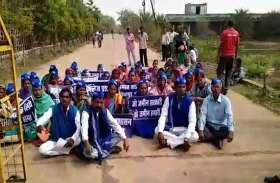PM आवास योजना का लाभ दिलाने की मांग को लेकर ग्रामीणों ने किया कलेक्ट्रेट में प्रदर्शन