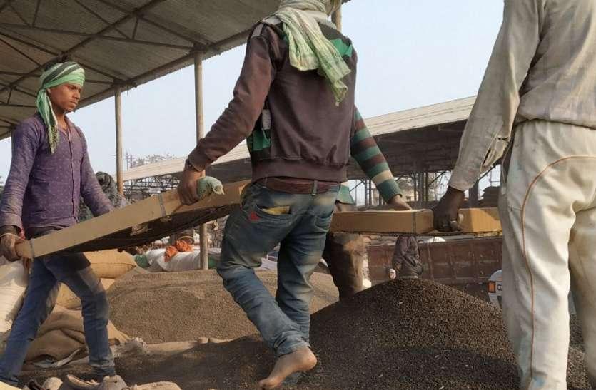 हाए-रे-मंडी प्रशासन: तीन-तीन बार छनाई के बाद भी रिजेक्ट कर रहे अनाज, किसान किसको सुनाए अपनी पीड़ा