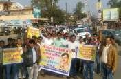 अध्यापकों ने धरना देकर निकाली पैदल रैली