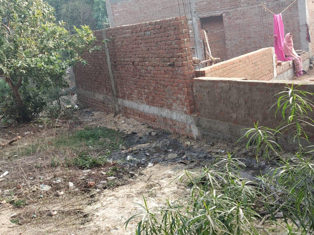 दबंग ने रोका 10 परिवारों के निस्तार का पानी