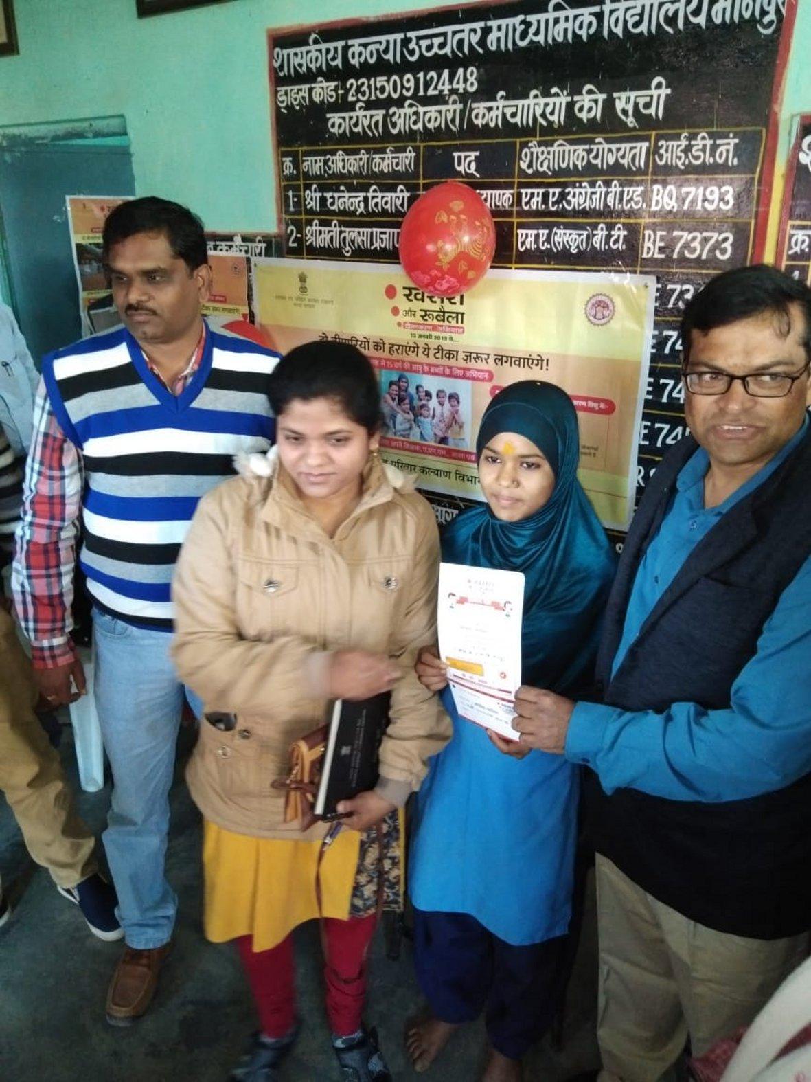 प्रथम टीका लगाकर छात्रा को एमआर मुक्ति का दिया प्रमाणपत्र