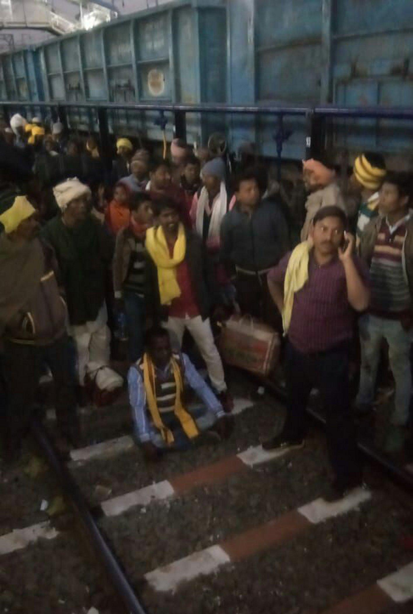 नर्मदा एक्सप्रेस से उतार देने से खफा गोंगपा के सैकड़ो कार्यकर्ताओं ने किया हंगामा