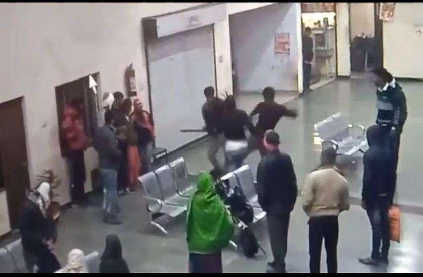 देखे वीडियो: किस तरह बेरहमी से डंडे व लात घूसों से की युवक की पिटाई