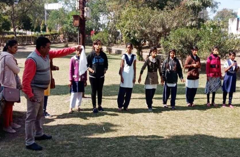 पार्षदों ने लगाए क्रिकेट में चौके-छक्के, नीबू रेस में दौड़ीं छात्राएं