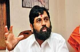 स्वास्थ्य केंद्रों का निरीक्षण कर रहे थे महाराष्ट्र मंत्री की कुर्सी टूटी, अधिकारियों के छूटे पसी
