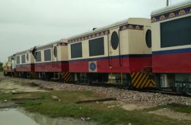 यार्ड में खड़ी धूल फांक रही पर्यटक ट्रेन