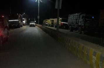 वाहनों से वसूली की शिकायत पर पहुंची पुलिस तो रसीद कट्टे और कार छोडक़र भागे