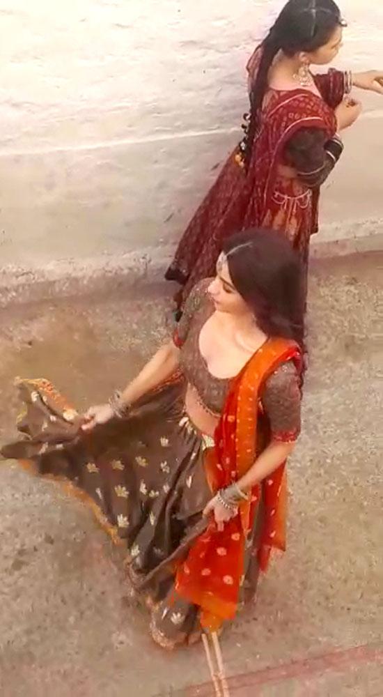 राजस्थानी गाने पर गली में नाच रहीं आलिया!
