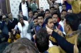 BIG BREAKING: कांग्रेसियों ने अपर जिलाधिकारी और नगरपालिका चेयरमैन के सामने एबीवीपी कार्यकर्ताओं को दौड़ा-दौड़ा कर पीटा