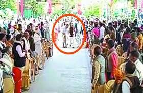 कांग्रेस सरकार के मंत्री के पैरों में झुके कलेक्टर,वीडियो वायरल