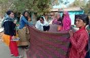 महिला की सड़क पर चादर की ओट में की डिलेवरी