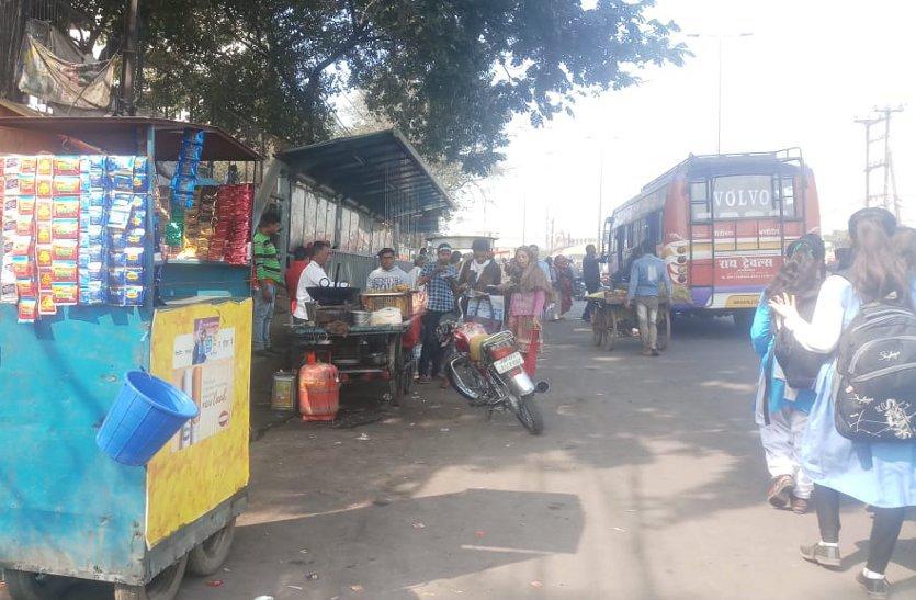 छात्राओं के फुटपाथ पर दुकानदारों का कब्जा
