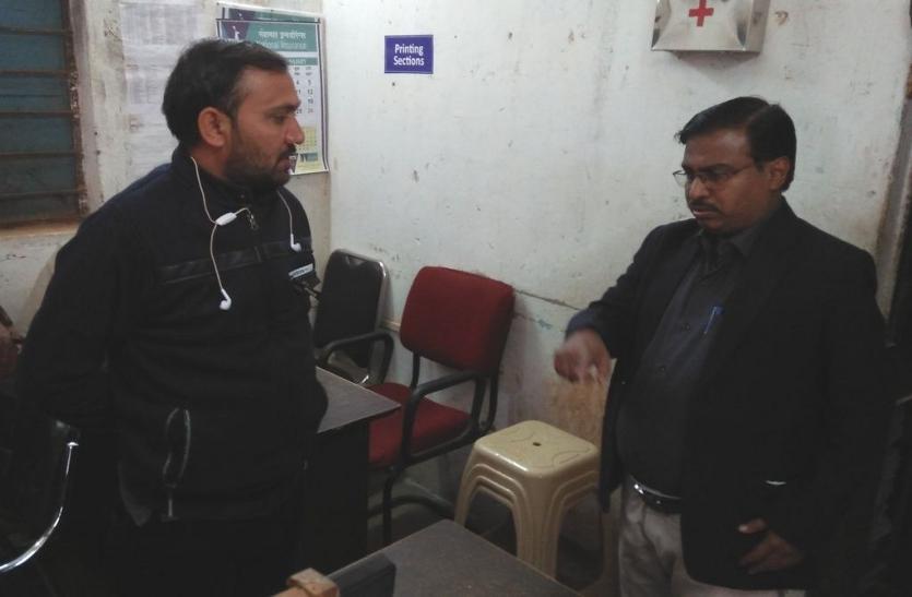 Breaking: लोगों की शिकायत पर एक्टिव हुए कलेक्टर, दफ्तर से नदारत तीन विभाग के एक दर्जन कर्मियों को थमाया नोटिस