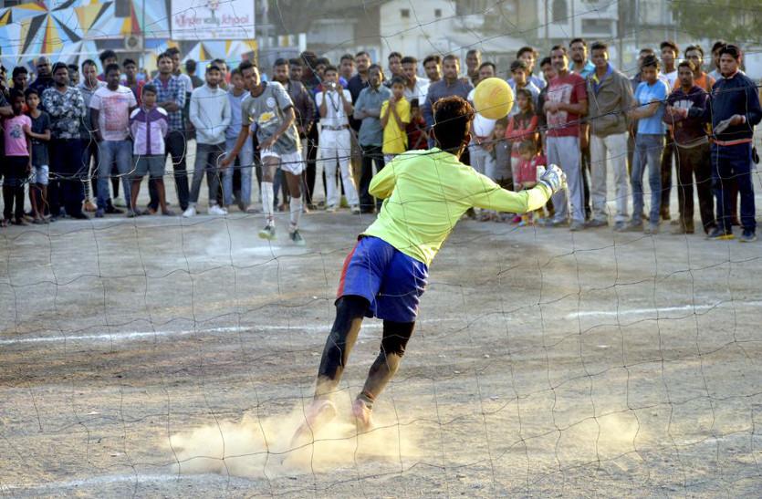 देखें तस्वीरों में फुटबॉल प्रतियोगिता का सेमीफानल की कुछ झलकियां