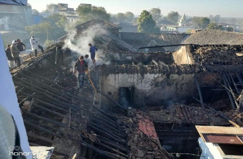 आग की लपटों में जलकर राख हो गया घर और गृहस्थी का सामान