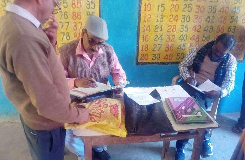 डीईओ ने जाना शिक्षास्तर, तो हिंदी नहीं पढ़ पाए पांचवी के छात्र और आठवी के भी अटके