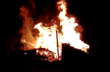 आदिवासियों की झोपड़ियों में आग