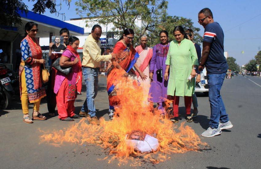 क्रिकेटर हार्दिक का पुतला जलाया
