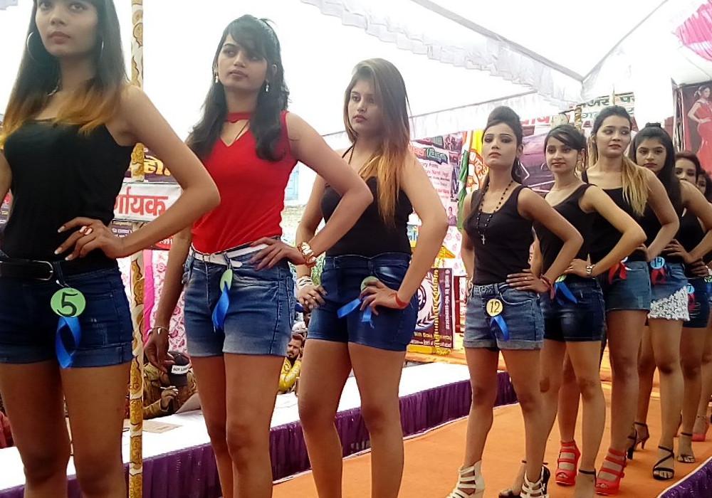 Miss UP की चल रही थी प्रतियोगिता, तभी हुआ कुछ ऐसा कि पुलिस को आना पड़ा मंच पर