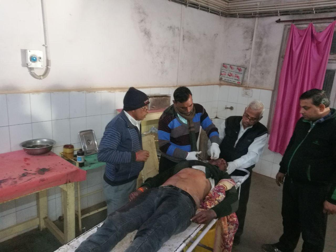 तड़प-तड़पकर घायल ने तोड़ा दम, देर से डॉक्टर व एंबुलेंस पहुंचे