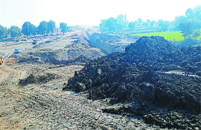तालाब के निर्माण में हो रहा घटिया साम्रगी का उपयोग किसानों ने लगाया आरोप