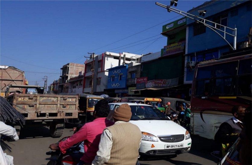 ट्रैफिक पुलिस कर्मियों की कमी से बिगड़ी यातायात व्यवस्था