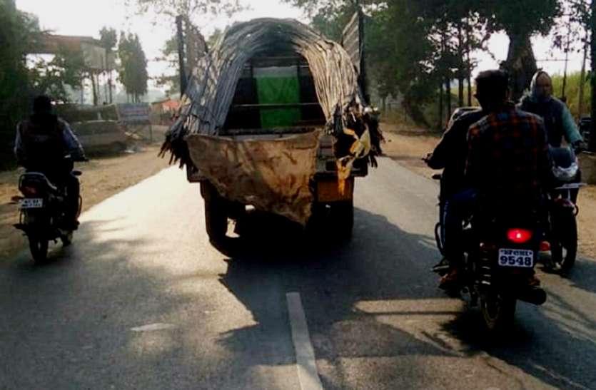 वाहनो में घातक तरीके से ढुल रहे सरिये : हादसों की आशंका