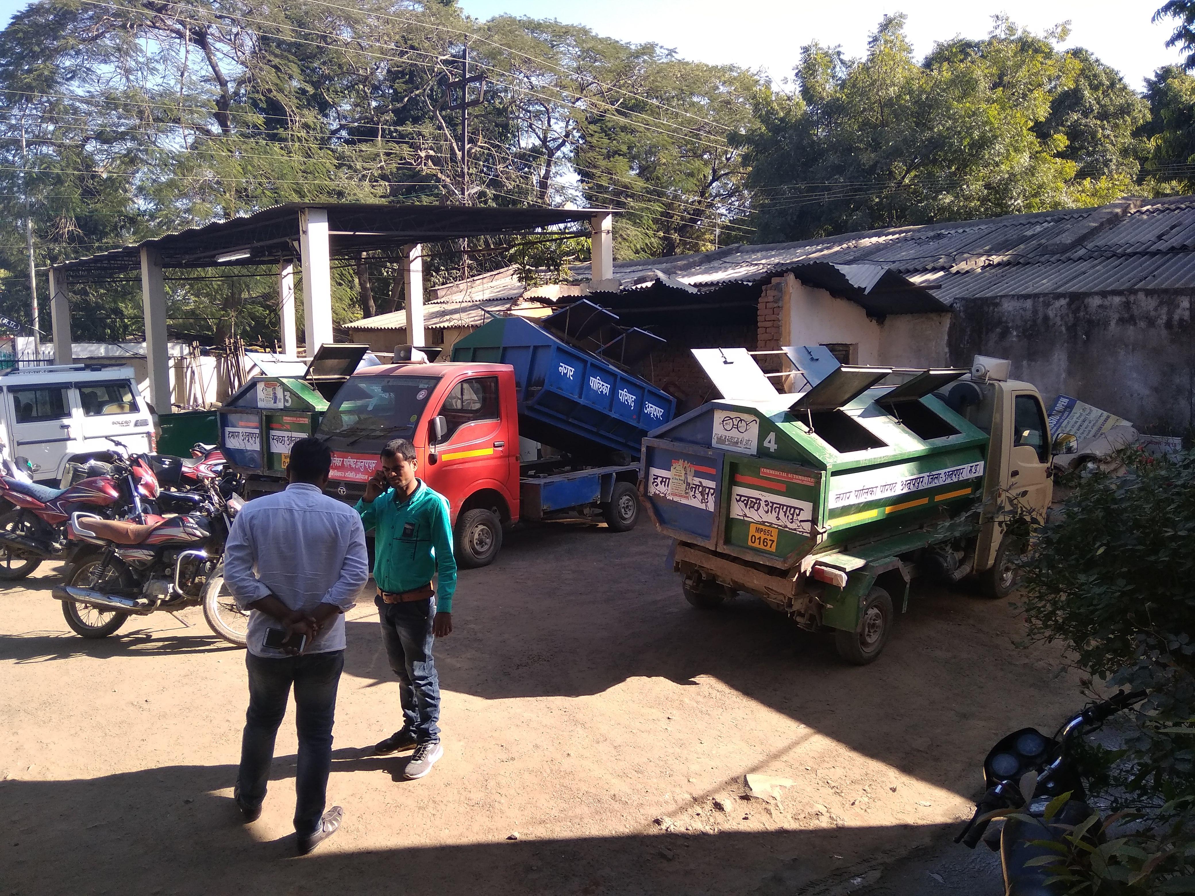 अधिकारियों को नहीं स्वच्छता की परवाह: कचरा संग्रहण वाहनों का हुआ ब्रेक डाउन, घरों से नहीं उठे सात दिनों से कचरा
