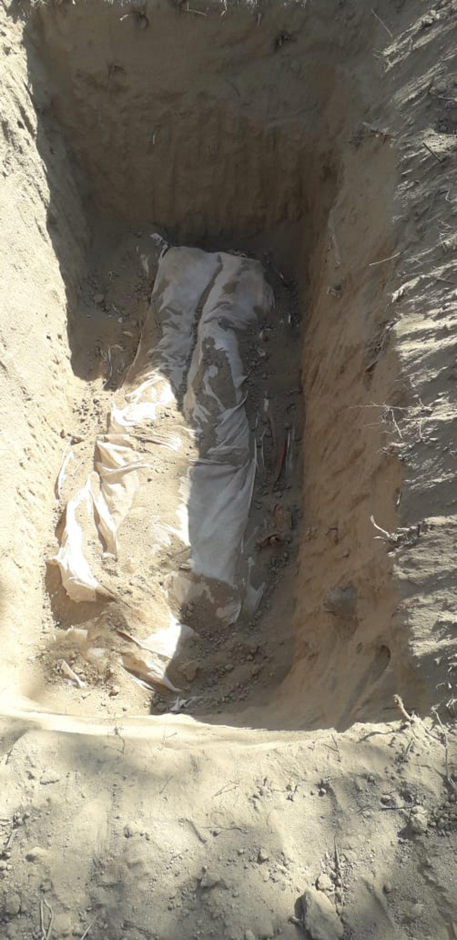 पत्थर निकालने के दौरान शरीर पर गिरा भारी चट्टान, मौत के बाद परिजनों ने बिना पुलिस सूचना कर दिया दफन