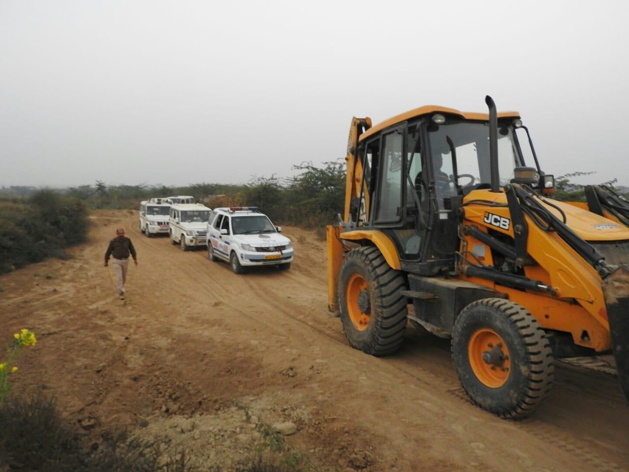अधिकारियों को कानोंकान खबर नहीं, रेत माफिया ने सरकारी जमीन से निकाल दिए रास्ते
