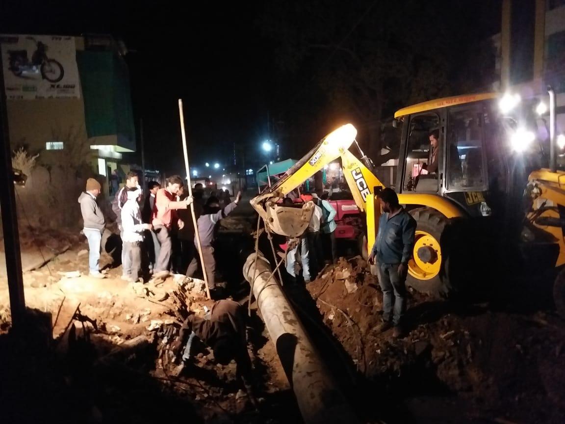 पानी की सप्लाई में टू-लेन सडक़ बनी मुसीबत, शहरवासियों को चार दिन से नहीं मिला पानी