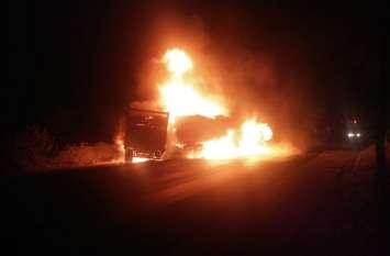 दो ट्रकों में टक्कर के बाद लगी आग, एक जिंदा जला तीन घायल