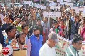 Video : बांसवाड़ा : स्थाई रोजगार के लिए विद्यार्थी मित्रों और पंचायत सहायकों ने किया प्रदर्शन