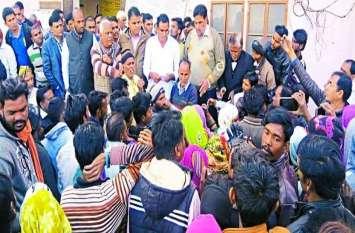 प्रशासन की लापरवाही ने छीना घर का चिराग, विरोध में उतरे ग्रामीणों ने जमकर किया प्रदर्शन