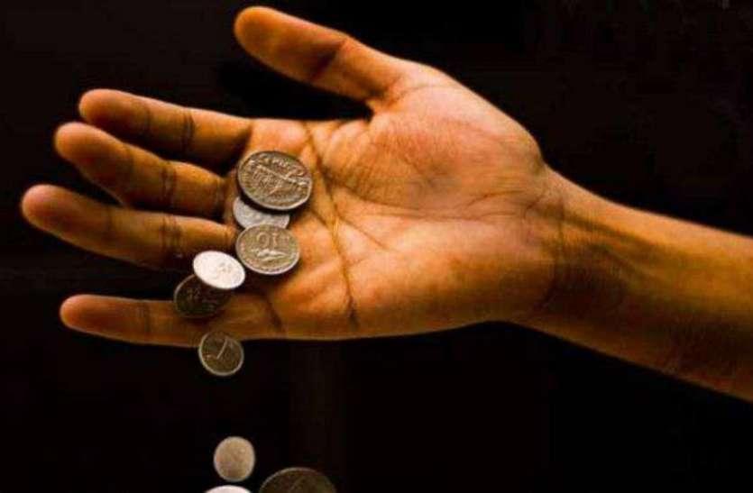हाथ से छूटकर गिर जाएं सिक्के तो हो जाएं सावधान, हो सकता है धन का नाश