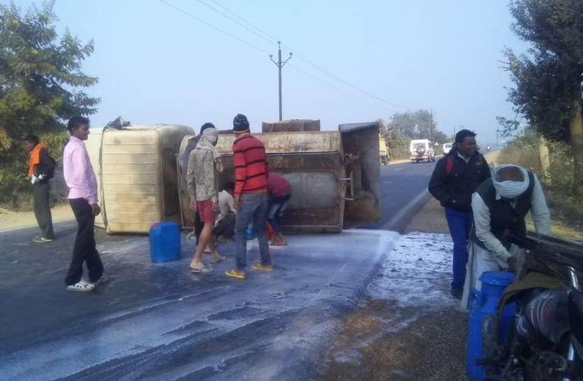 टायर फटने से टैंकर पलटा, तीन हजार लीटर दूध बर्बाद