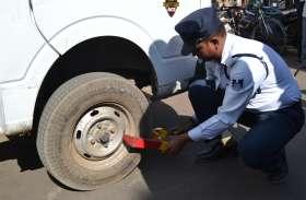 यहां पुलिस ने चारपहिया वाहनों में लगा दिया ताला...देखिए वीडियो
