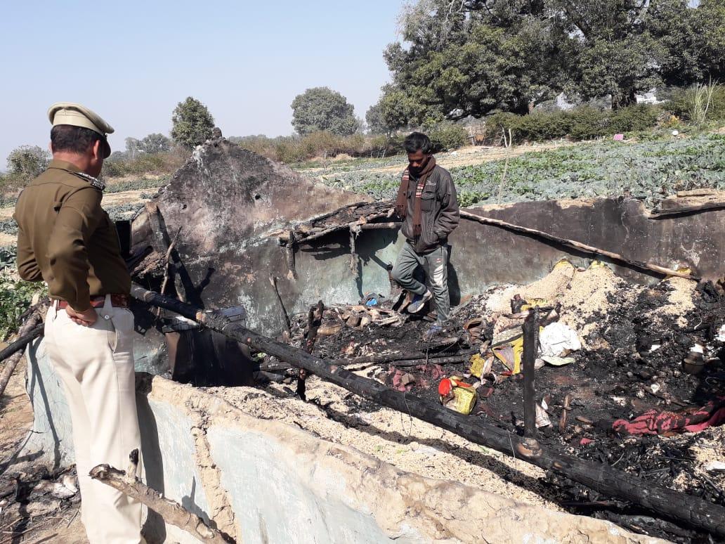 चूल्हे की आग में घास-फूंस का बना झोपड़ा हुआ स्वाहा, आग की चपेट में 10 वर्षीय मासूम की जलकर मौत 6 वर्षीय मासूम भी झुलसी