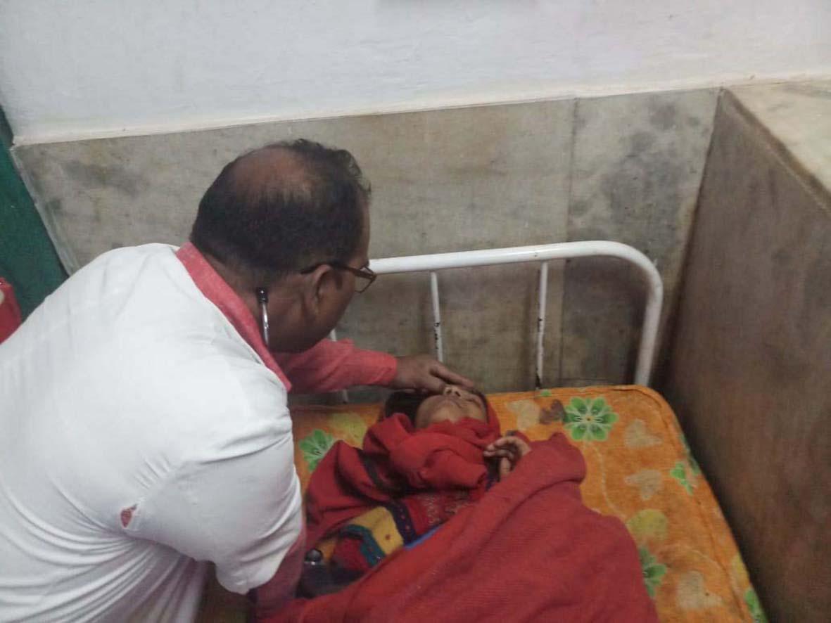 मीजल्स रूबैला टीका लगने के बाद बिलगांव हाईस्कूल की छात्रांए हुई बीमार