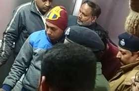 सपा के पूर्व कैबिनेट मंत्री के मुनीम से पांच लाख की हुई लूट ,बदमाशो ने पुलिस को दी खुली चुनौती