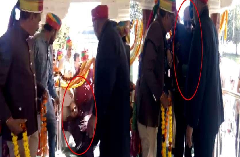 महाराणा प्रताप की समाधि स्थल पर सांसद अमर सिंह लड़खड़ाते हुए गिरे, साथ वालों ने दिया सहारा