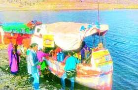 डूब प्रभावित भिताड़ा में नाव से पहुंचकर किया टीकाकरण
