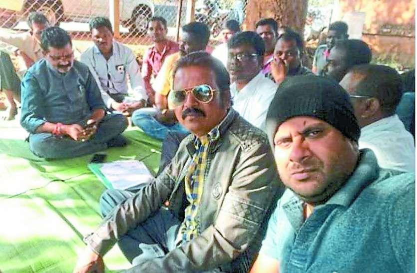 तीन दिनों से अनिश्चितकालीन हड़ताल में बैठे सचिव, मिलने पहुंचे विधायक ने कहा- जल्द करेंगे निराकरण