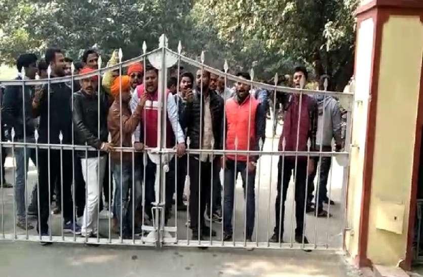 चीफ प्रॉक्टर को हटाने के लिए BHU VC से मिलने जा रहे छात्रों को रोका गया, हंगामे के बाद हुई मुलाकात