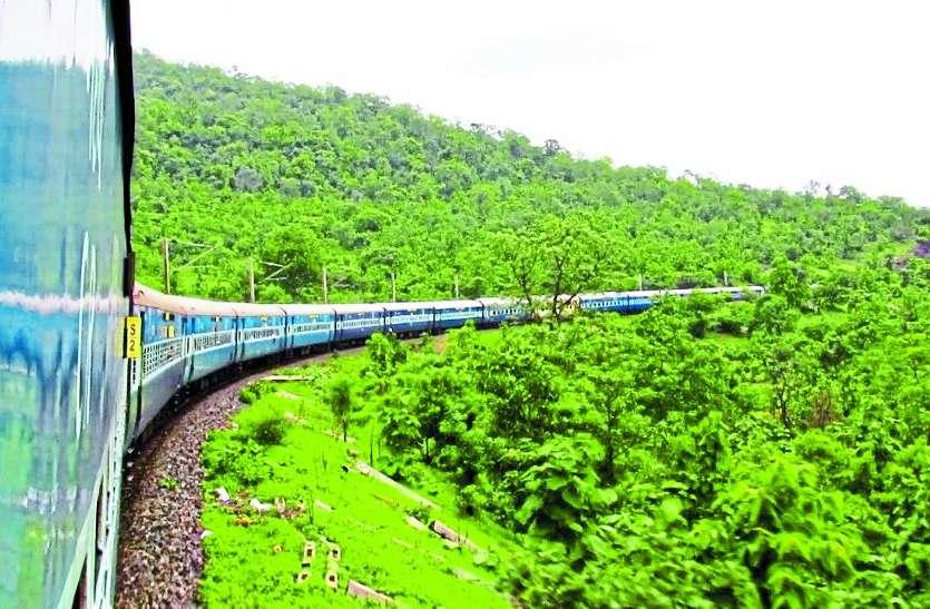 रेलवे यात्रियों को 15 मिनट पहले पहुंचाने के चक्कर में जान से कर रहा खिलावाड़