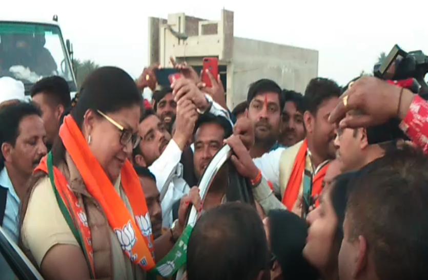 पूर्व CM वसुंधरा राजे के यहां पहुंचते ही कार्यकर्ताओं में मची सेल्फी लेने की होड़, फिर राजे ने बोली ये बात..