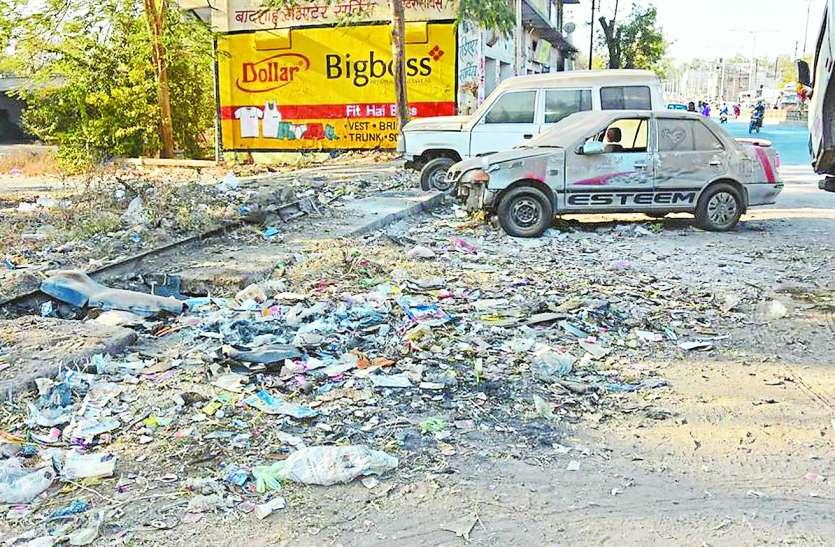 पूरे शहर में अस्वच्छता, चौराहों पर न डस्टबिन, न ही सफाई