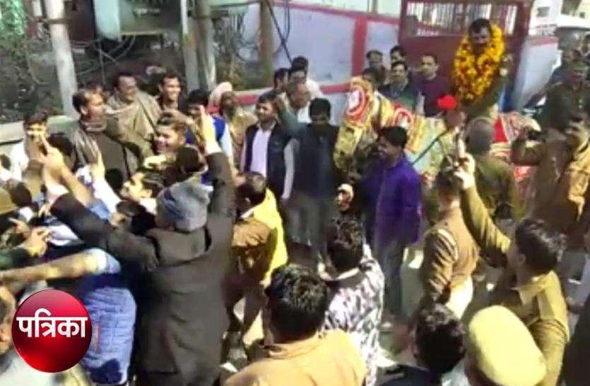Video: थानाध्यक्ष के हटने पर निकाली 'बारात', सड़क पर जमकर नाचे पुलिसकर्मी वायरल हुआ एेसा वीडियो