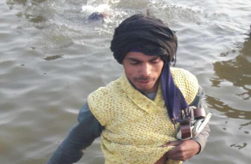 घंटो पानी में खड़े होकर पांव से निकालते हैं युवा सिक्का, ऐसे दे रहे गरीबी को मात