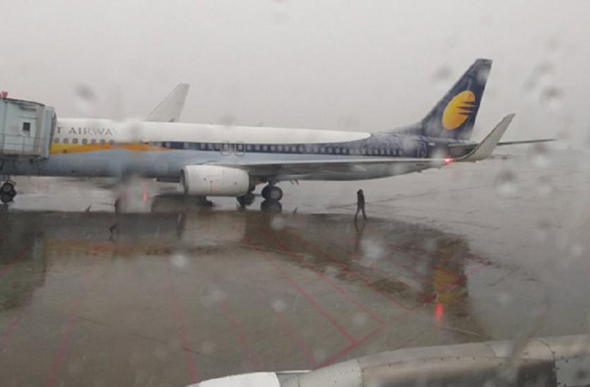 कश्मीर में भारी बर्फबारी, कई उड़ानें रद्द, कई देरी से उड़ीं